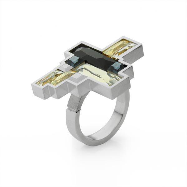 Srebrna kolekcija Zlatarne Celje, pod nazivom Art Deco odaje počast kreativnom izrazu koji je spojio umjetnost i svakodnevni dizajn. Oblik je u središtu pozornosti ove kolekcije namijenjena ljubiteljima dizajna i umjetničkog izraza. U kolekciji koja je izrađena od vrhunskog rodiniranog srebra i Svarowski kristala su ogrlica i prsten.