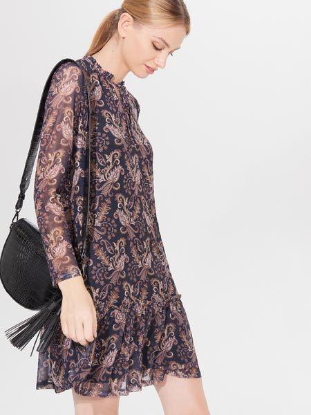 """Volite li uzorke, ove jeseni nosite pasley (kašmir) koji je u isto vrijeme i klasičan i vrlo šik i miran i poticajan za kombiniranje.  U Mohito su strigli prekrasni komadi upravo ovog printa. U modnom su fokusu raskošne suknje i haljine od šifona, bluze, kaputići…   Znate li kako je pasley uzorak stigao na modnu scenu?   Paisley  dolazi iz engleskog jezika, a  označava drevni arijski motiv botech (na prezijskom znači grm, šikara, a može značiti i glog ili biljka). Neki prijevodi govore kako botech označava palmino lišće, nakupinu lišća. U tradiciji, ovaj je uzorak povezan sa svilom i vunom, te ručno tkanim tepisima. Na zapadu, ovaj se uzorak prvi puta pojavljuje u 18. i 19. stoljeću, nakon dolaska robe iz britanske Indije, posebno  kašmir šalova koji su zaludili britance. Ovaj je uzorak bio toliko popularan da su davne 1888 godine o njemu pričali kao o printu """"perzijski krastavac"""" ili """"velška kruške"""" ."""