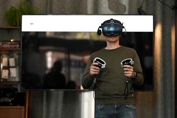HTC-vive-cosmos-lifestyle-modnialmanah
